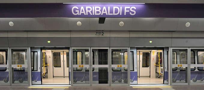 Il gioco delle porte della Metro M5 di Milano